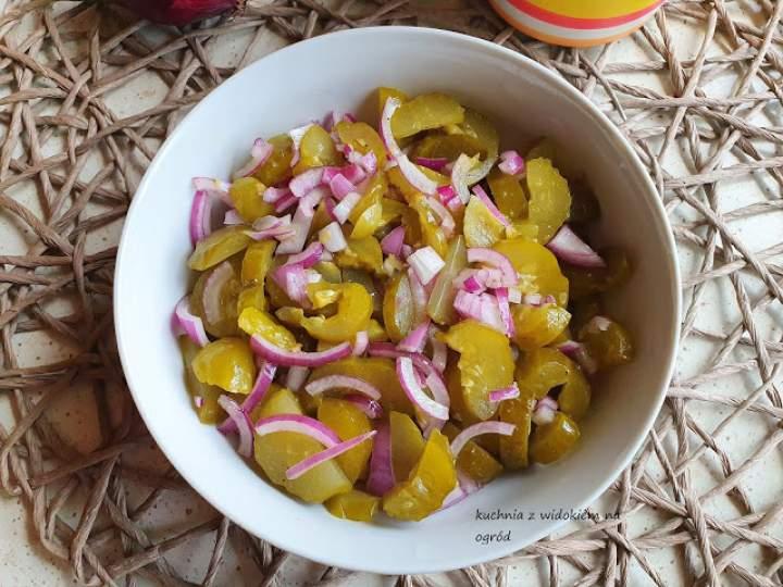 Błyskawiczna sałatka obiadowa z kiszonych ogórków.