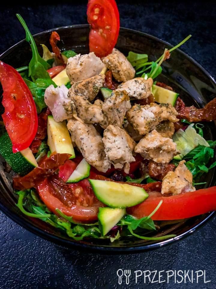 Sałatka z Kurczakiem, Pomidorem i Cukinią