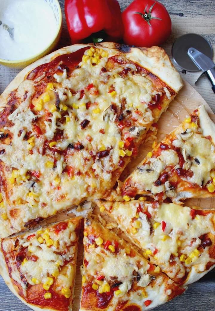 Domowa pizza i sos czosnkowy