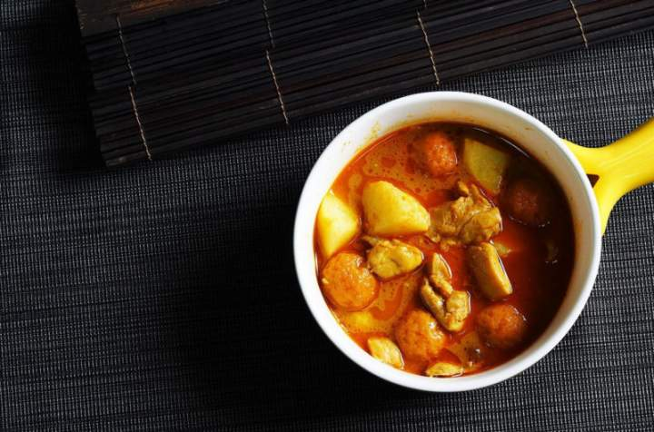 Dyniowe czerwone curry z kawałkami kurczaka