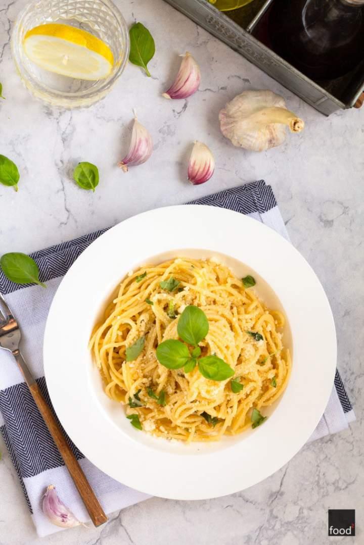 Spaghetti z oliwą, czosnkiem, bazylią i parmezanem