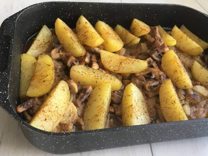 Karkówka pieczona z pieczarkami i ziemniakami