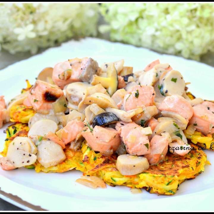 Placki warzywne z grzybami i łososiem