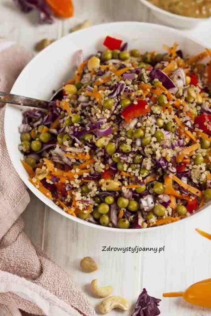 Sałatka z kaszą quinoa, kapustą czerwoną i orzechami.