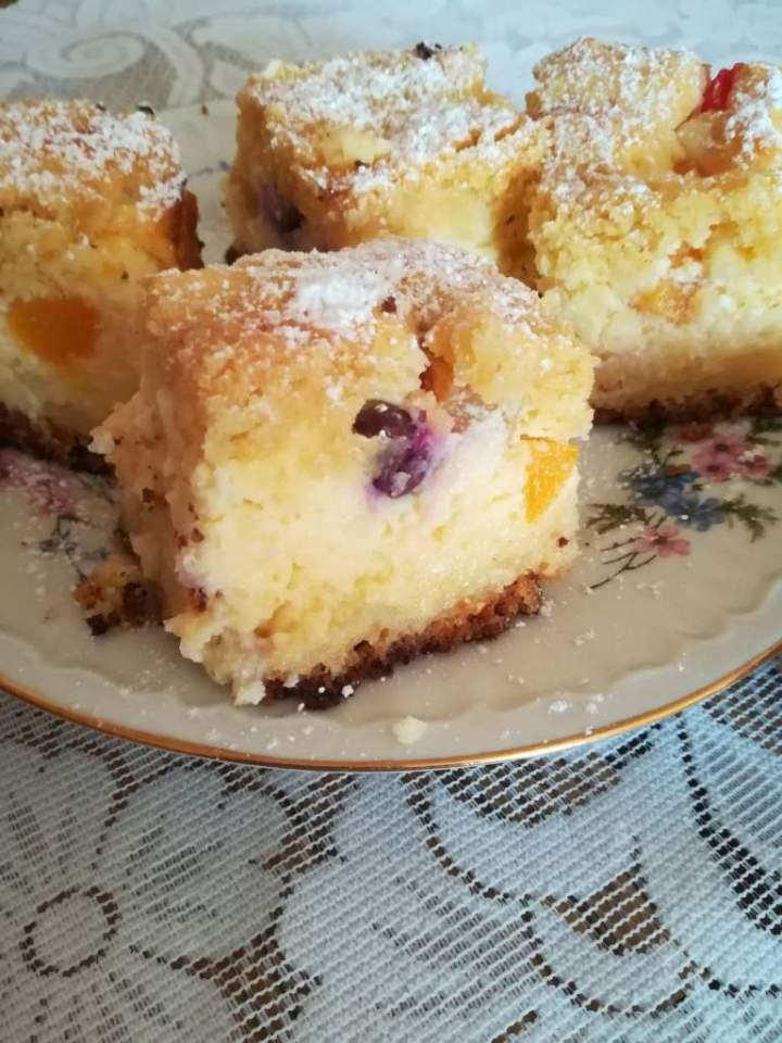 Ciasto jogurtowe z owocami -ostatnio w domu takie ciasta szybko mi znikają z talerza