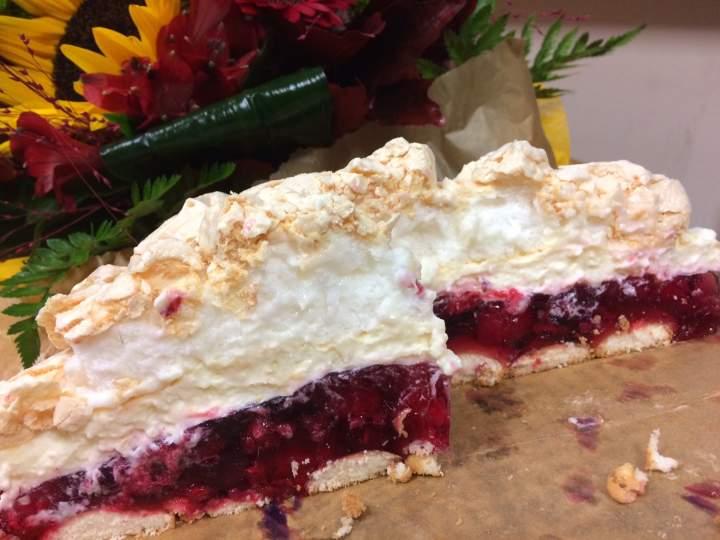Malinowa chmurka – pyszne ciasto z galaretką, bezą i bitą śmietana