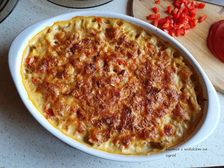 Zapiekanka makaronowa z szynką, papryką i serem.