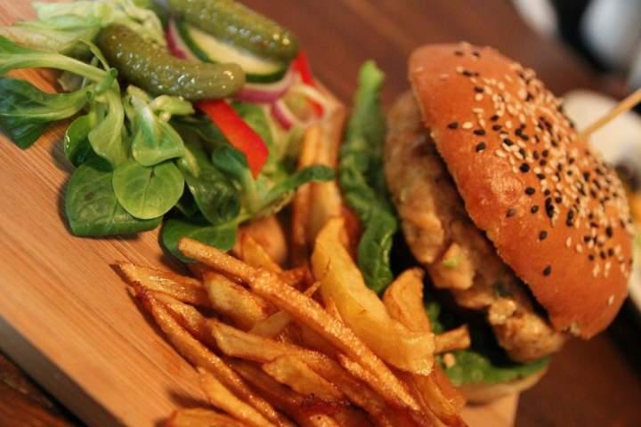 Zdrowie na talerzu kontra śmietnikowe jedzenie. Czy zdrowe jedzenie może być smaczne i co jeść, aby dobrze się prezentować, a przy tym, by nam smakowało