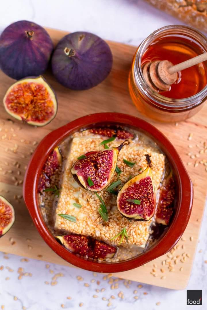 Feta pieczona z miodem, sezamem i figami