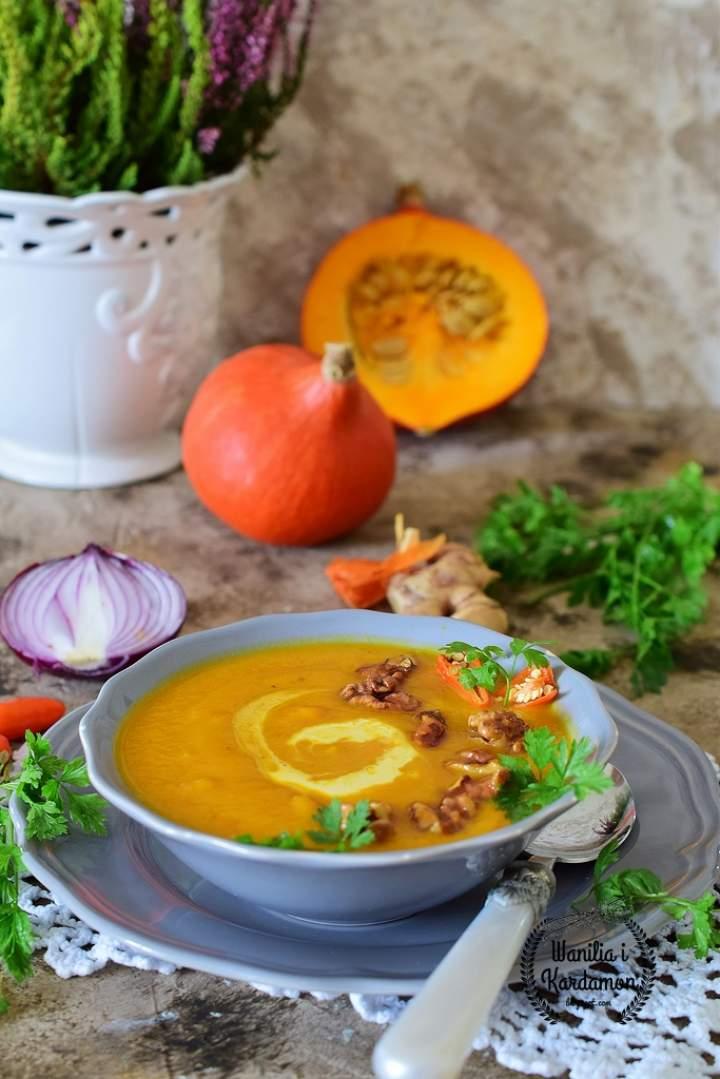 Zupa dyniowa z prażonymi orzechami włoskimi w miodzie
