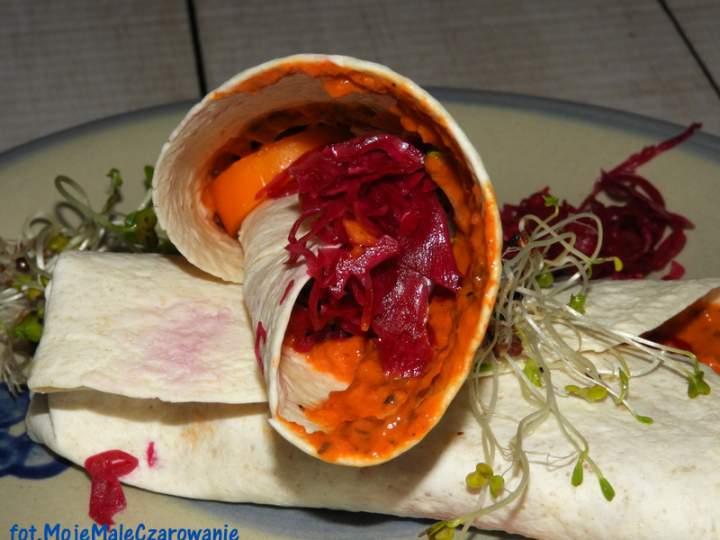 Tortille z kapustą kiszoną i pastą paprykową