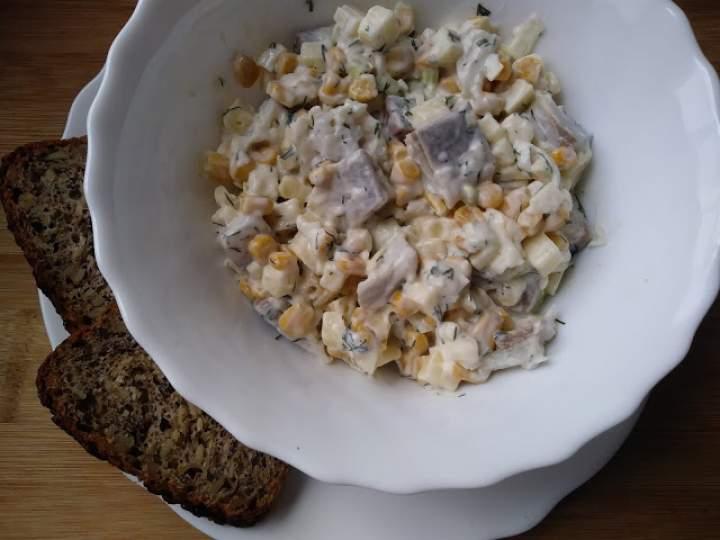 Sałatka ziemniaczana ze śledziem i kukurydzą