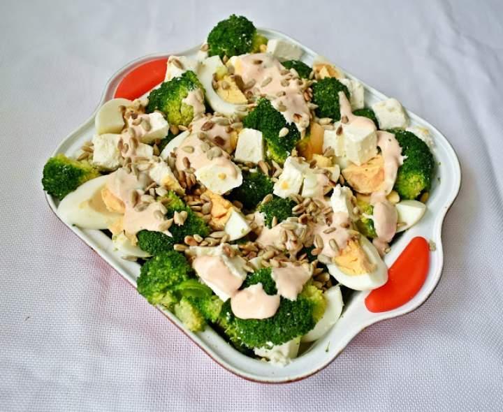 Sałatka brokułowa z jajkiem fetą i słonecznikiem