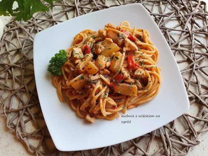 Spaghetti z kurczakiem i cukinią w pomidorowym sosie.