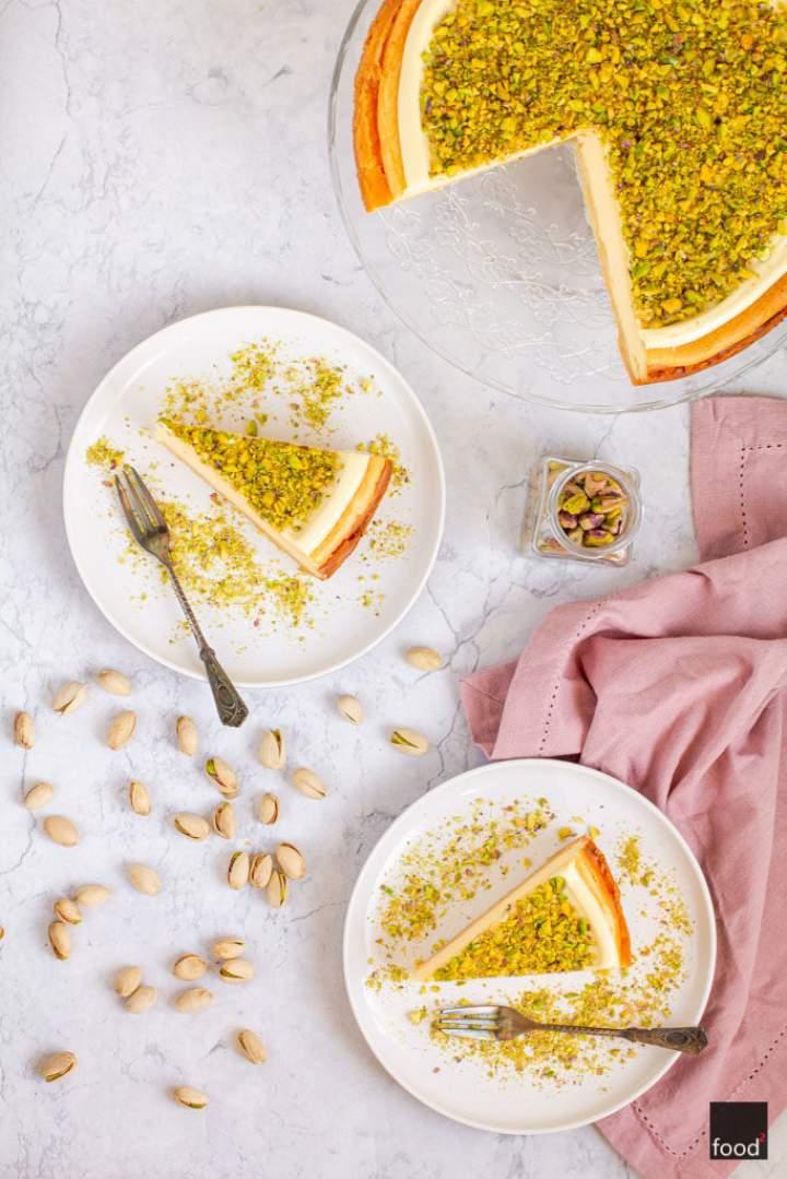 Sernik z białą czekoladą i pistacjami