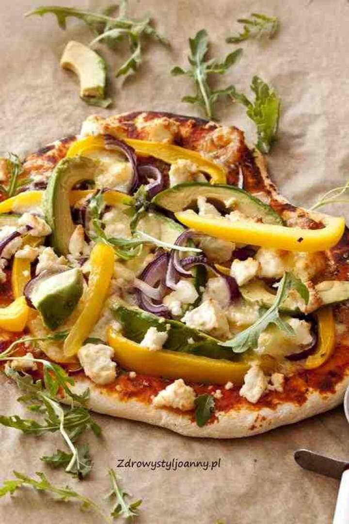 Domowa pizza z awokado i serem feta.