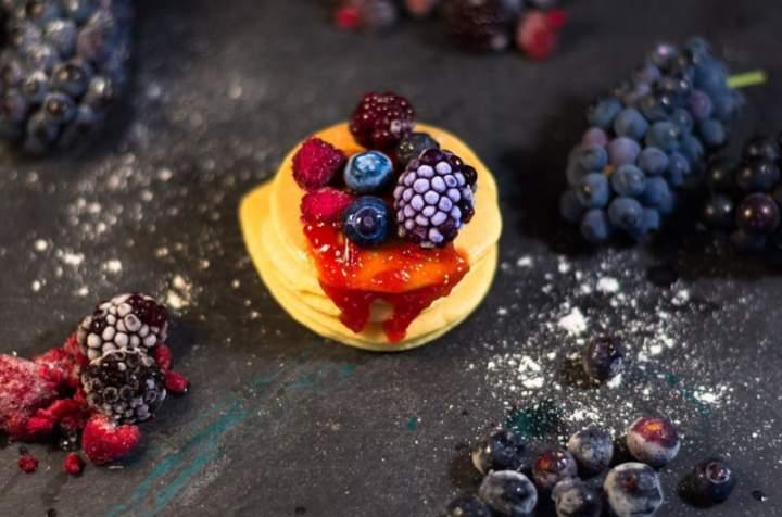 Maleńkie naleśniczki mini pancakes z truskawką i kiwi