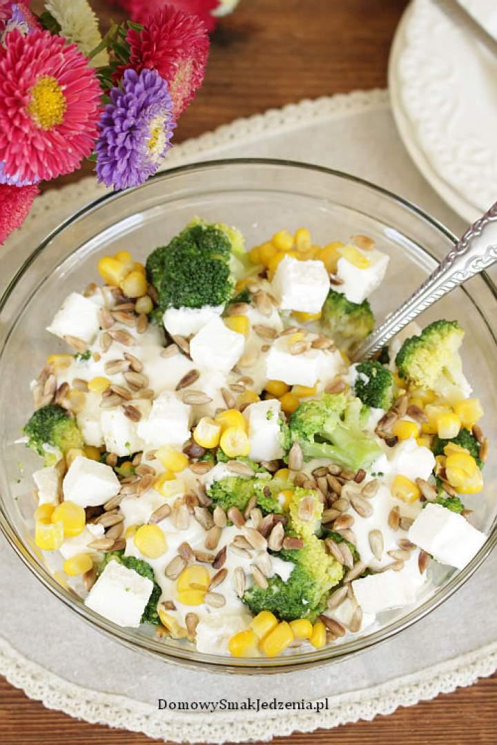 sałatka z brokułem fetą kukurydzą i słonecznikiem
