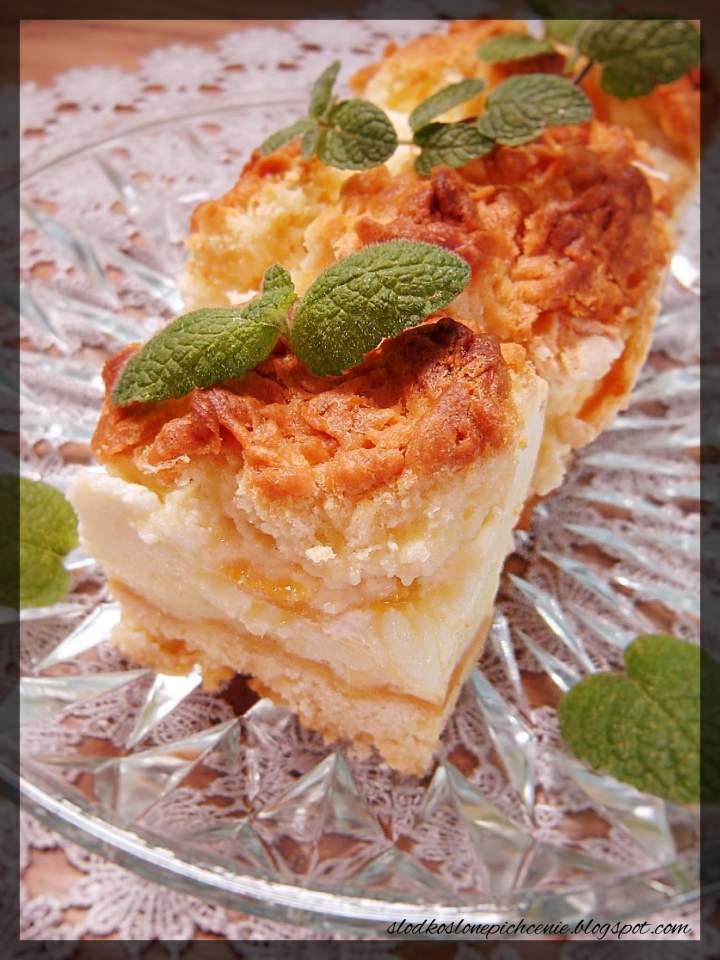 Kruche ciasto z budyniową pianką i brzoskwiniami