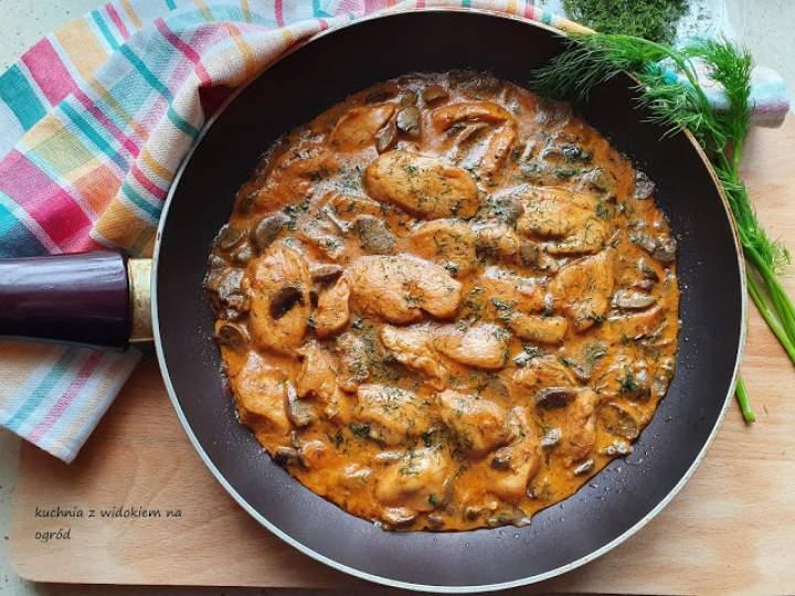 Kurczak w sosie pieczarkowo – koperkowym.