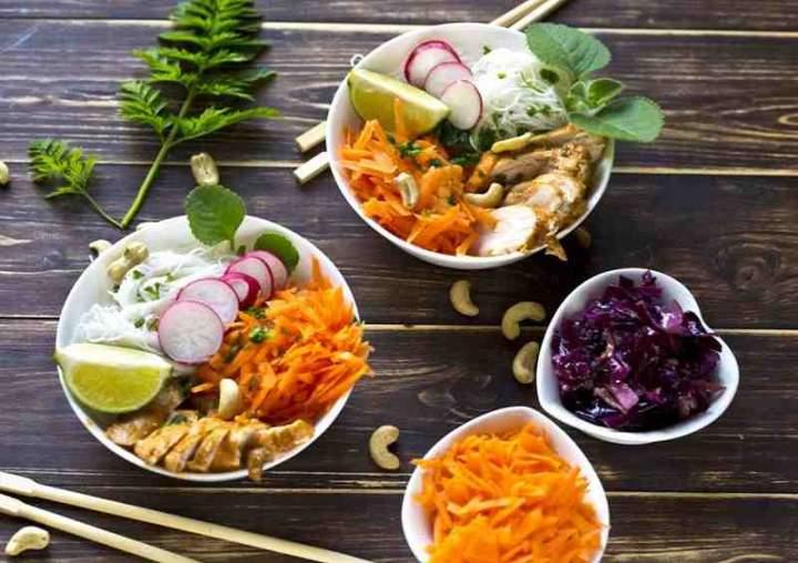 Makaron po wietnamsku z kurczakiem i warzywami.
