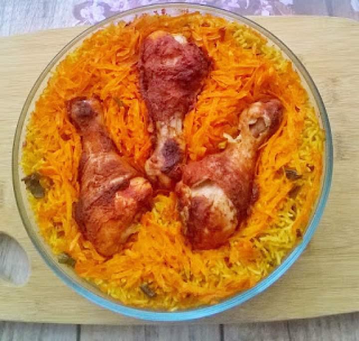 Pieczone udka na mieszance ryżowej z marchewką