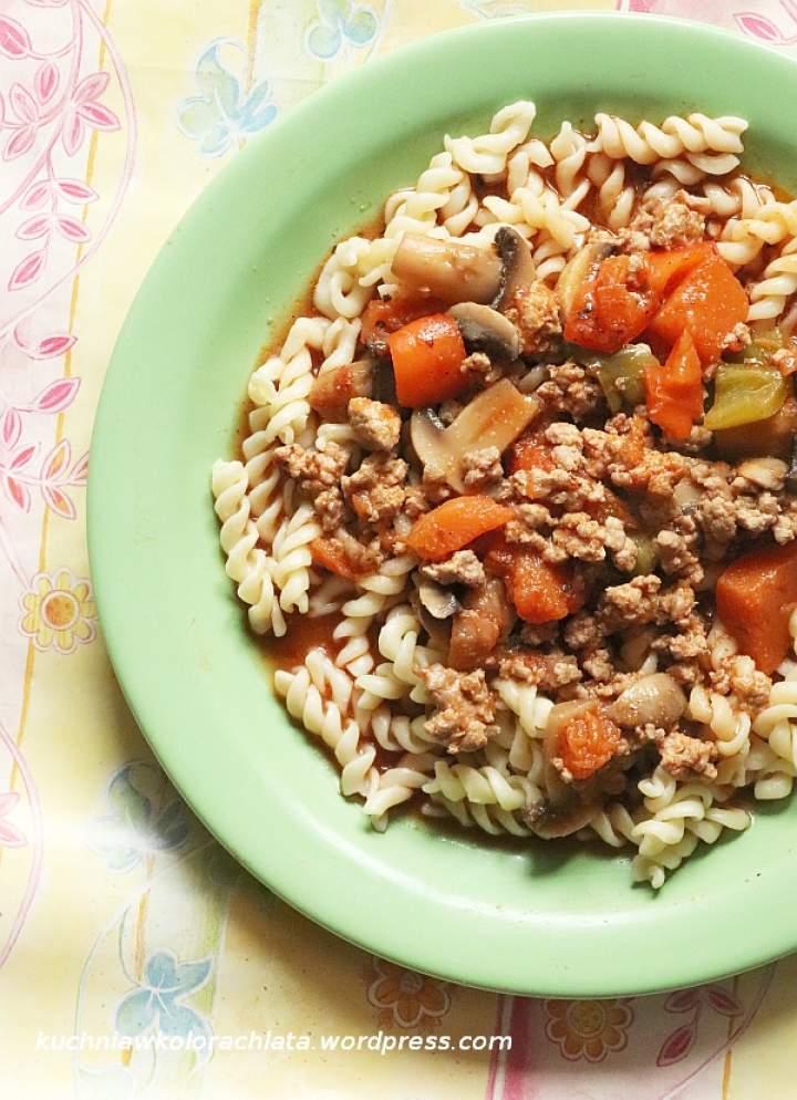 Gulasz z mięsa mielonego, dyni, papryki i pieczarek