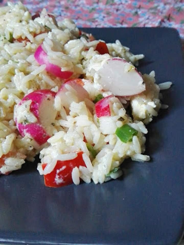 Sałatka z ryżu, warzyw i fety