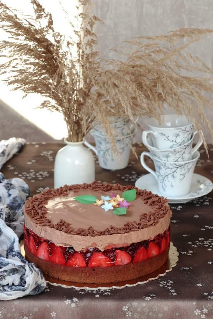 Ciasto z galaretką z truskawkami i musem czekoladowym