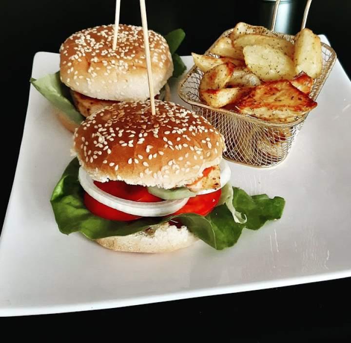 Hamburgery z grillowanym kurczakiem i domowymi frytkami z piekarnika