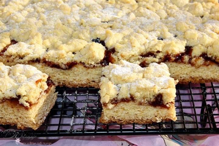 Szybkie, tanie oraz kruche ciasto z dżemem i kruszonką