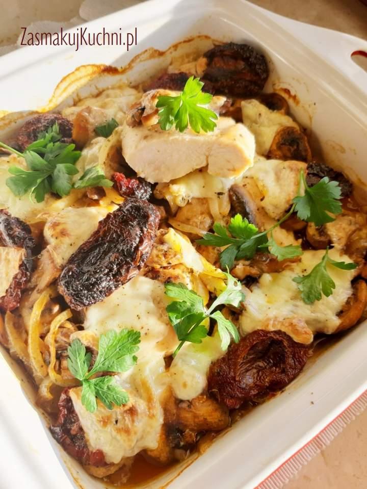 Piersi kurczaka zapiekane z pieczarkami, suszonymi pomidorami i mozzarellą