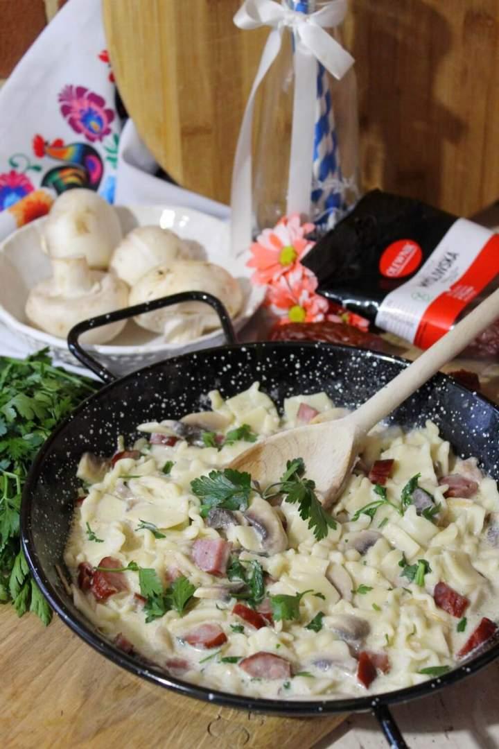 Makaron z kiełbasą myśliwską i pieczarkami – szybki obiad