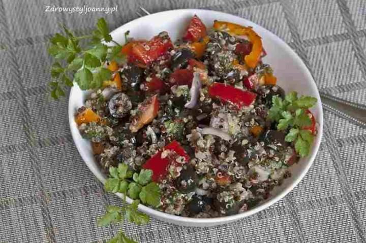 Śródziemnomorska sałatka z kaszą quinoa.
