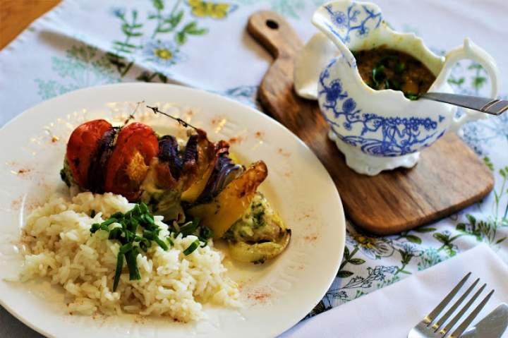 Faszerowane piersi z kurczaka w sosie z pieczonych warzyw / Stuffed chicken breasts in a roasted vegetable sauce.
