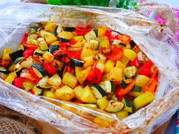 Kurczak z warzywami w rękawie – obiad, który robi się sam