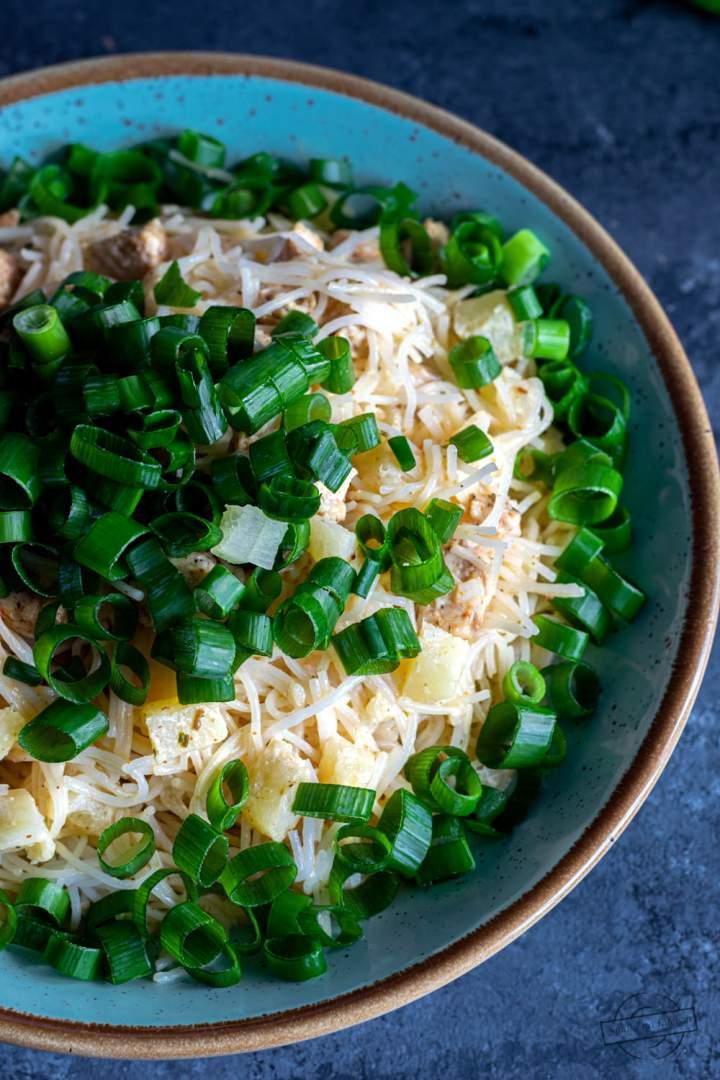 Sałatka z makaronu ryżowego z ananasem i kurczakiem