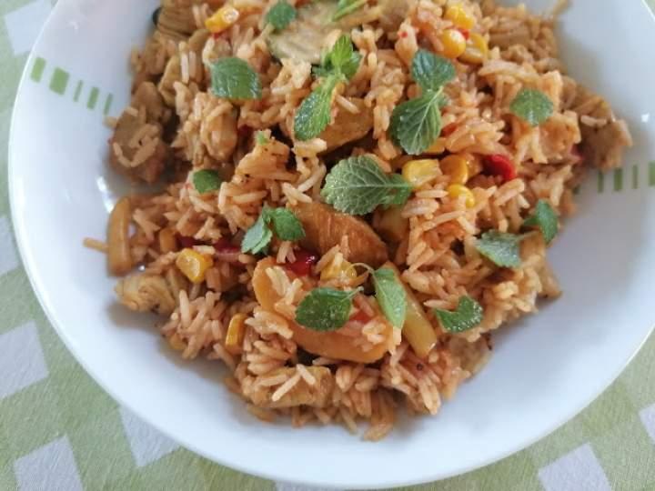 Maślany kurczak z warzywami i ryżem z patelni