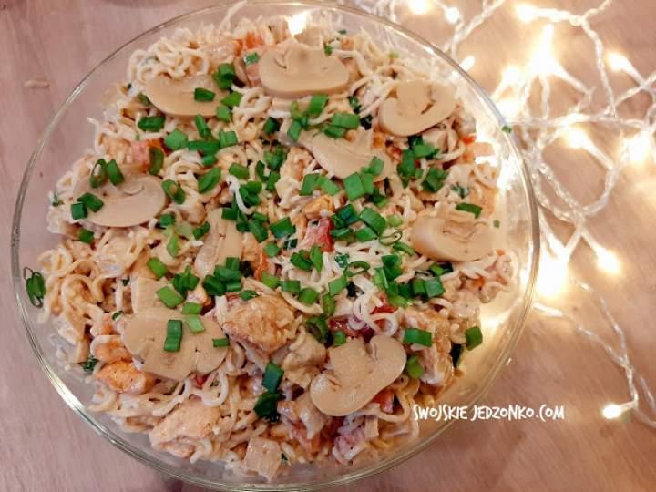Sałatka z zupek chińskich i kurczaka