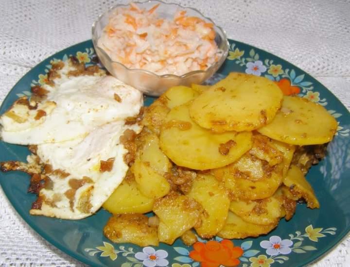 na obiad: ziemniaki, jajka sadzone,czarna rzepa…