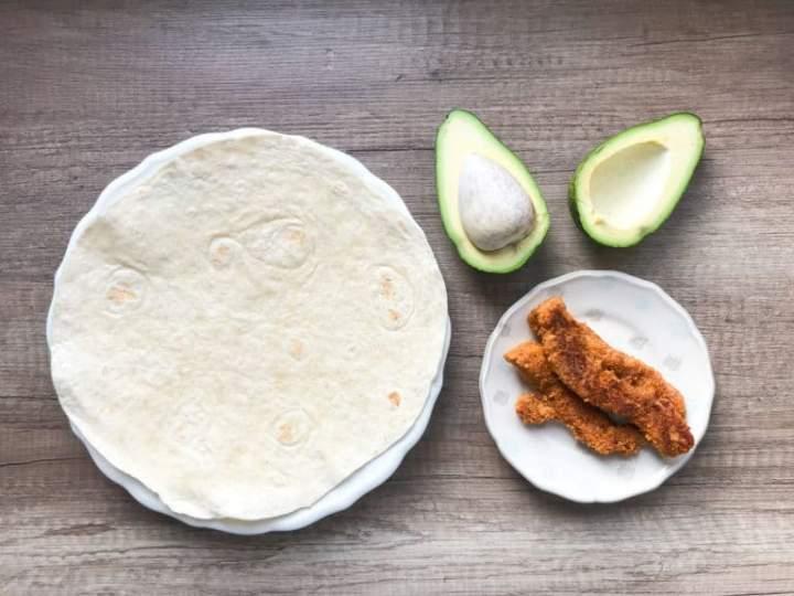 Tortilla ze stripsami kurczaka i awokado