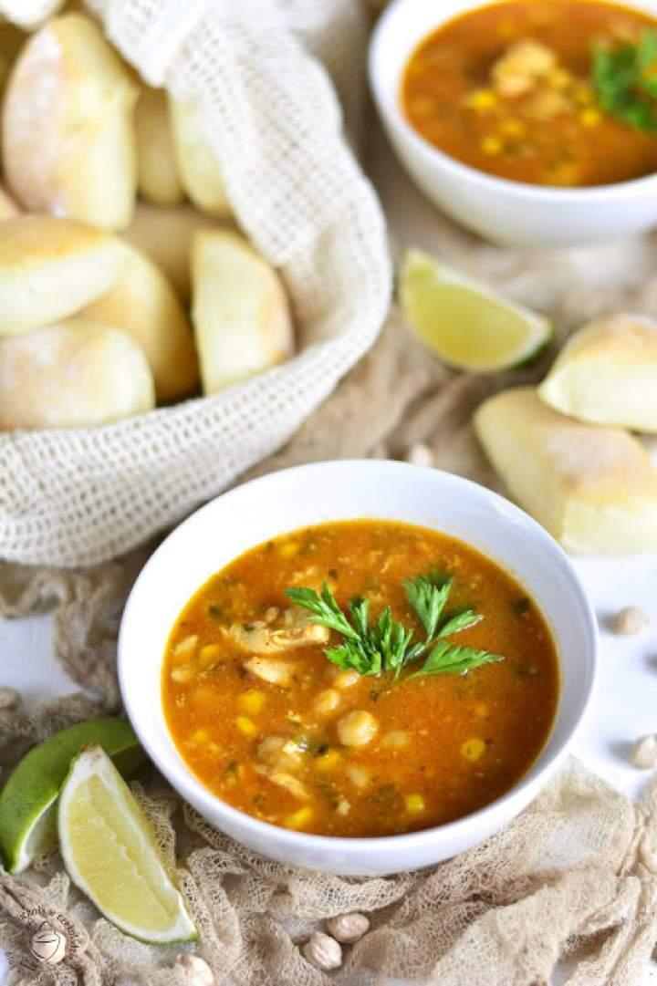 Pożywna zupa z kurczakiem i cieciorką