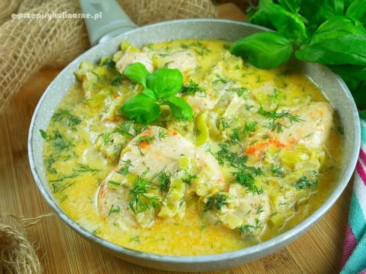 Kurczak w sosie z porem i koperkiem – przepis na szybki obiad