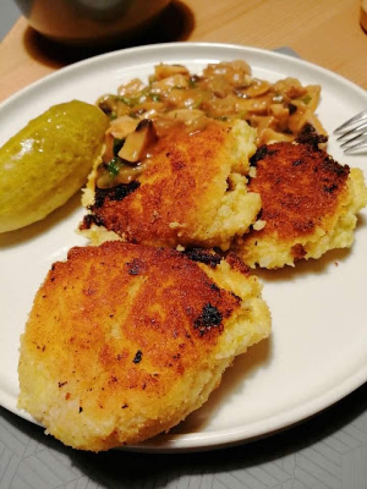 Kotlety jaglane z kalafiorem i sosem pieczarkowym