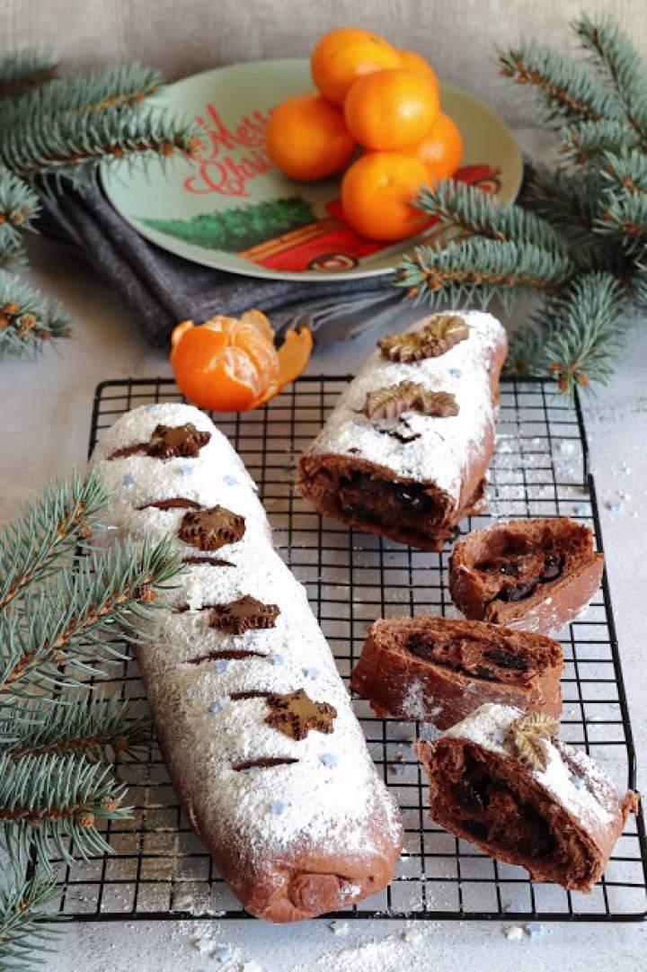 Drożdżowy chlebek czekoladowy ze śliwkami