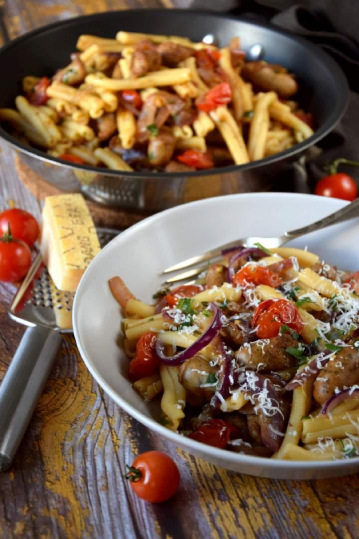 Makaron z karmelizowaną cebulą, kiełbasą i pomidorkami