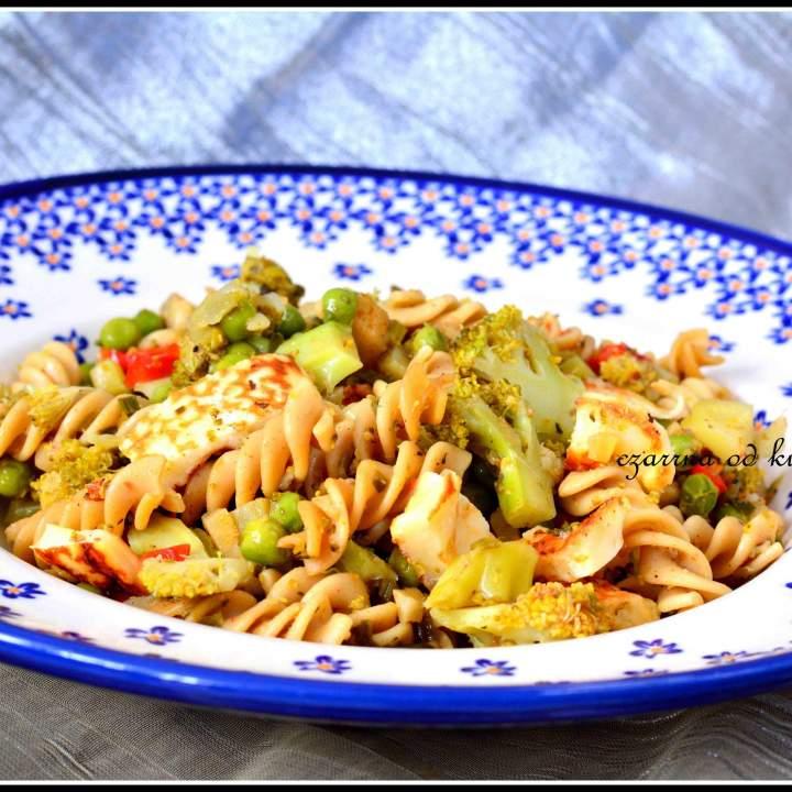 Makaron z warzywami i serem halloumi