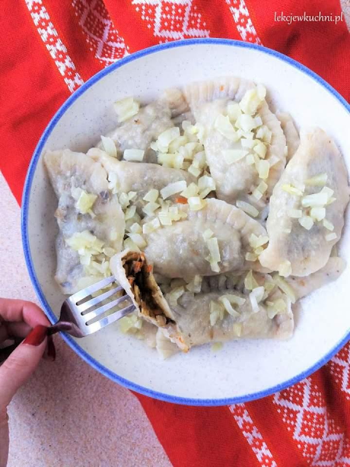 Wigilijne pierogi z kapustą i grzybami suszonymi / Polish Pierogi with Cabbage