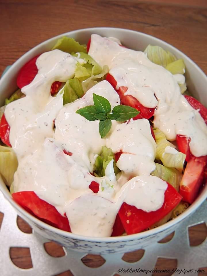 Surówka z sałaty lodowej z pomidorami i sosem czosnkowym