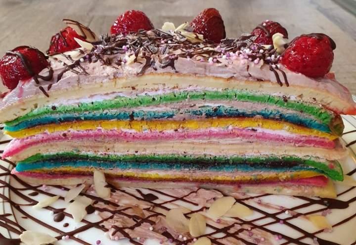 Tort z kolorowych naleśników